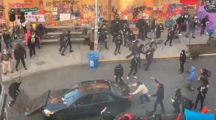 Seattle'da bir kişi aracıyla protestocuların arasına dalıp, ateş açtı