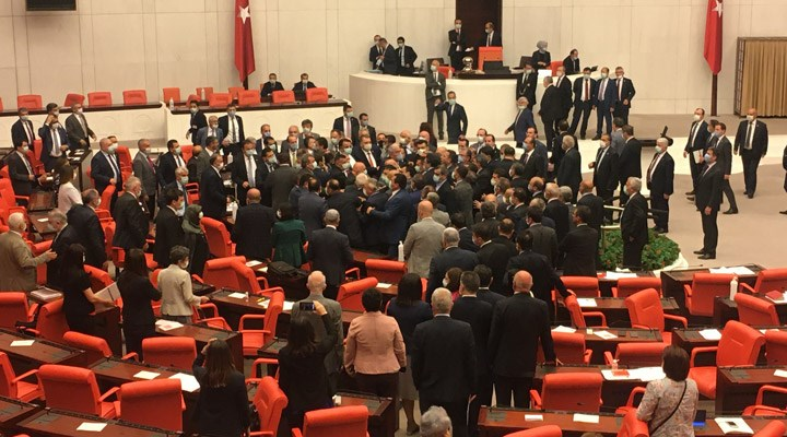 CHP Grup Başkanvekili Özgür Özel'e TBMM'de yumruklu saldırı