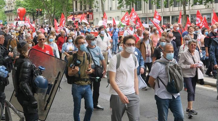 Fransa'da sağlık çalışanları çalışma koşullarını protesto etti