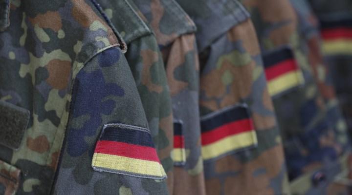 Almanya'da Özel Kuvvetler Komutanlığı'nın aşırı sağcı askerlerle dolu bir bölüğü dağıtılıyor