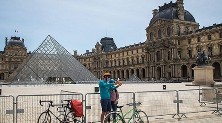 Pandemi nedeniyle 4 aydır kapalı olan Louvre Müzesi ziyaretçilere açıldı