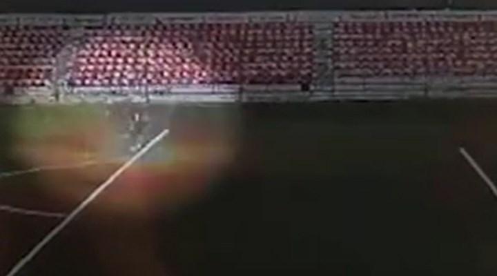 Sahaya düşen yıldırımın futbolcuya çarptığı anlar kamerada