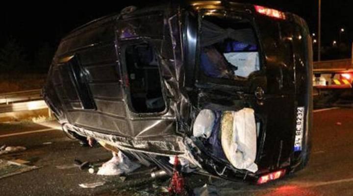 Ankara'da, lastiği patlayan minibüs takla attı: 3'ü ağır, 12 yaralı