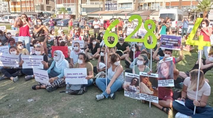 İzmir'de kadınlar İstanbul Sözleşmesi için oturma eylemi yaptı