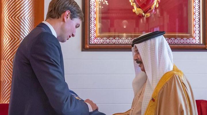 Trump'ın damadı, İsrail ile yakınlaşan Bahreyn Kralı'na Tevrat hediye etti