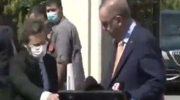 'Halk kurallara uymadı' diyen Erdoğan, yüzünden çıkardığı maskeyi Altun'a verdi