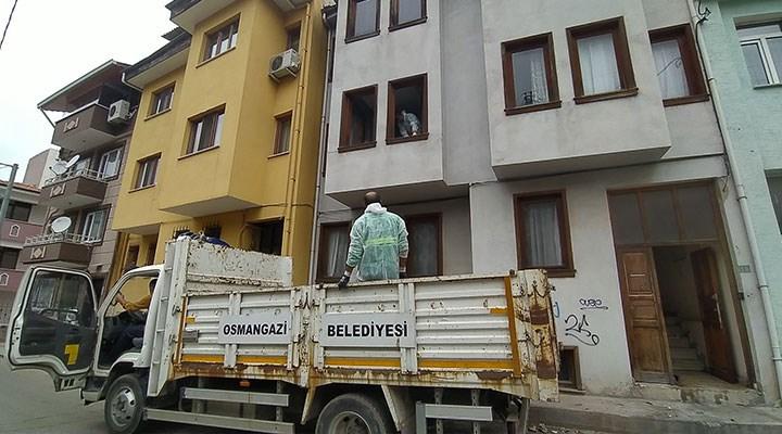 Mahalleli 'pis koku' nedeniyle şikayet etti: 4 katlı binadan 3 günde 10 kamyon eşya çıkarıldı