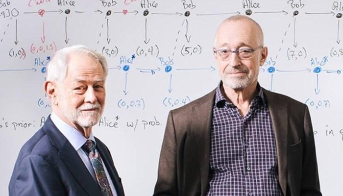 Nobel ödülünü kazanan profesöre kapı megafonundan ulaştılar