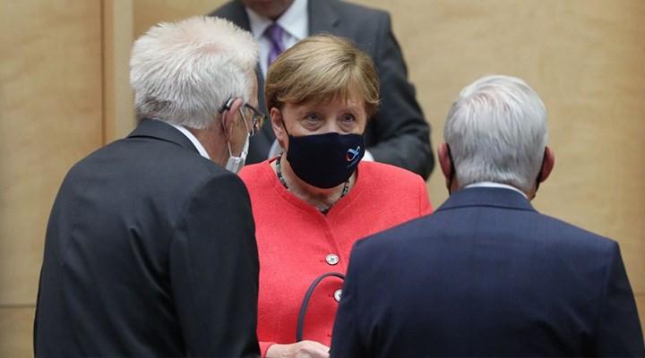 Merkel gençlere seslendi: İyi yarınlar için bugün biraz daha az parti yapın