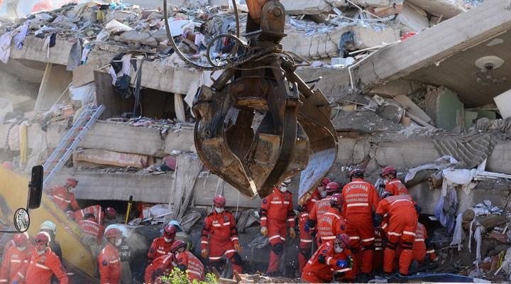 İzmir Depremi: 30 saat sonra enkazdan çıkarılan kadın hayatını kaybetti