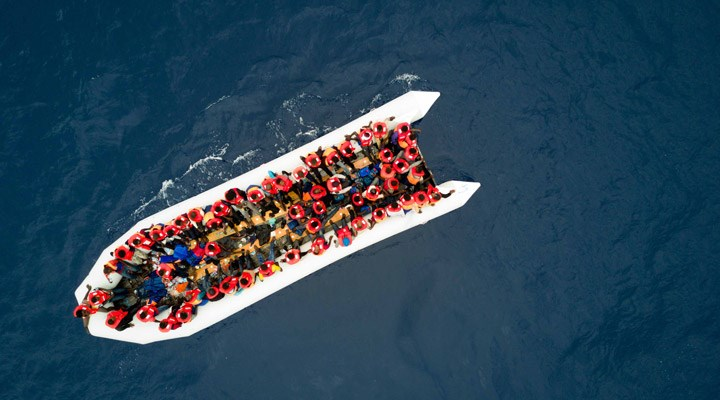 Libya açıklarında mültecileri taşıyan gemi battı: 74 kişi yaşamını yitirdi