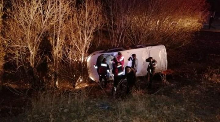 Ağrı'da göçmenleri taşıyan araç devrildi: 17 yaralı