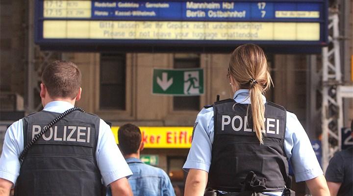 Almanya'da aşırı sağcı polislerin evlerine baskın