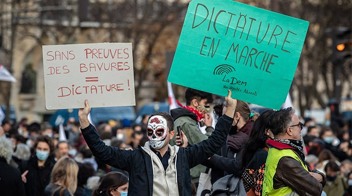 Paris şiddete karşı ayakta