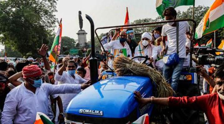 Çiftçiler polis barikatını traktörle yıktı