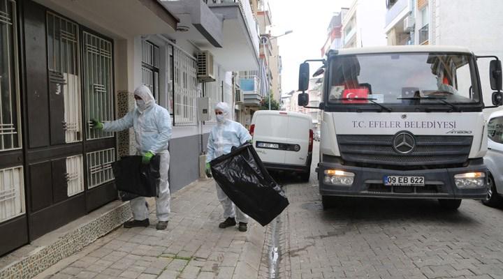 Efeler Belediyesi, karantinadaki yurttaşların çöplerini topluyor
