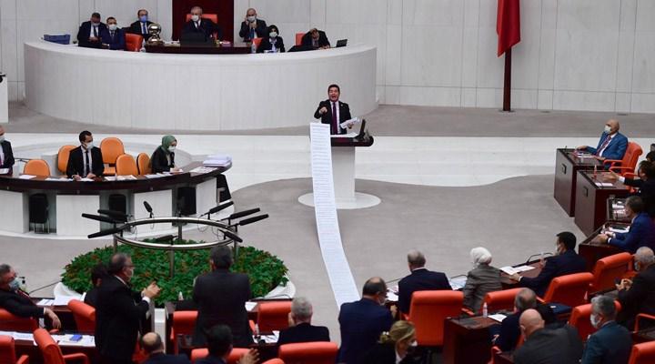 CHP'li Kaya, 13 metrelik listeyi Meclis'te açıkladı: 'AKP'nin 18yılda sattıklarının listesidir'