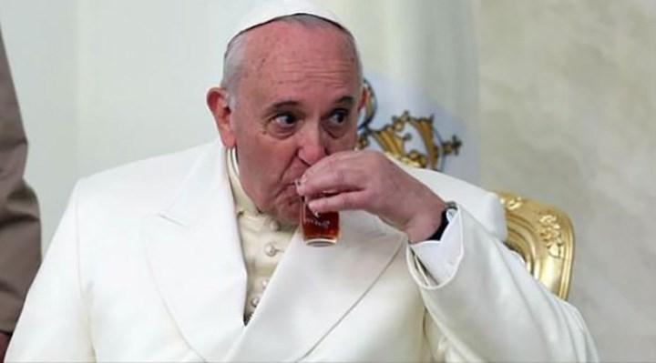 Papa Francis yine Instagram'dan bikinili manken fotoğrafı beğendi