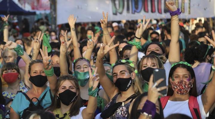 Kadınlar kazandı: Arjantin'de kürtaj yasağı kaldırıldı