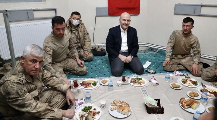 Soylu'nun askerlerle yer sofrasındaki fotoğrafı gündemde: Masa mı yoktu?