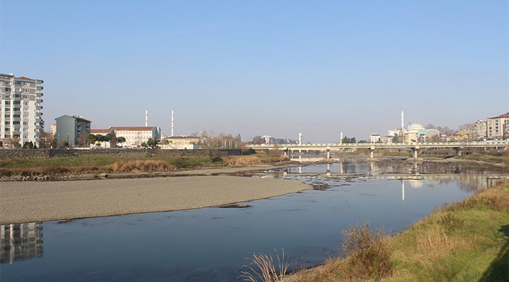 Yeşilırmak Nehri'nde sular çekildi