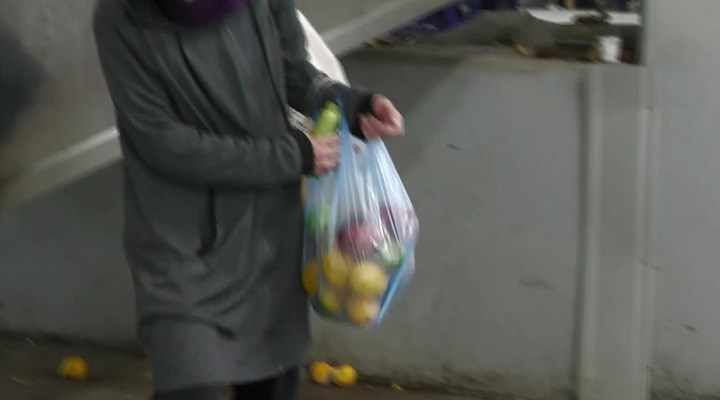 Semt pazarlarında akşam mesaisi: Pazar artığı sebze ve meyveleri topluyorlar