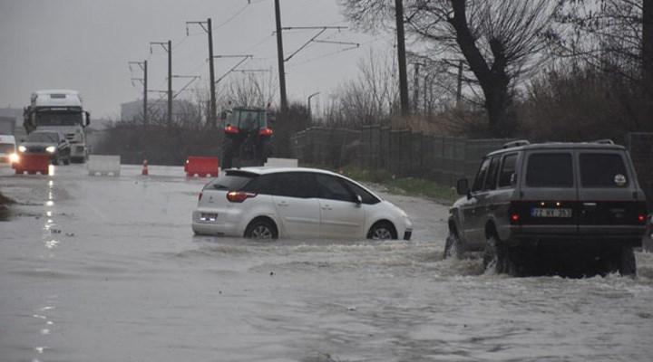 Edirne'de sağanak etkili oldu, sokaklar göle döndü: Ev ve iş yerlerini su bastı