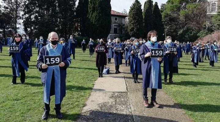 Boğaziçi akademisyenleri, rektörü ve gözaltıları protesto etti: Aşağı  bakmıyoruz