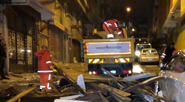 İstanbul'da fırtına etkili oldu, birçok bölgede çatılar uçtu