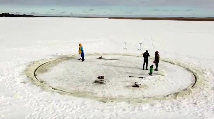 Torunları için Estonya'da bir göl üzerinde buzdan atlı karınca yaptı