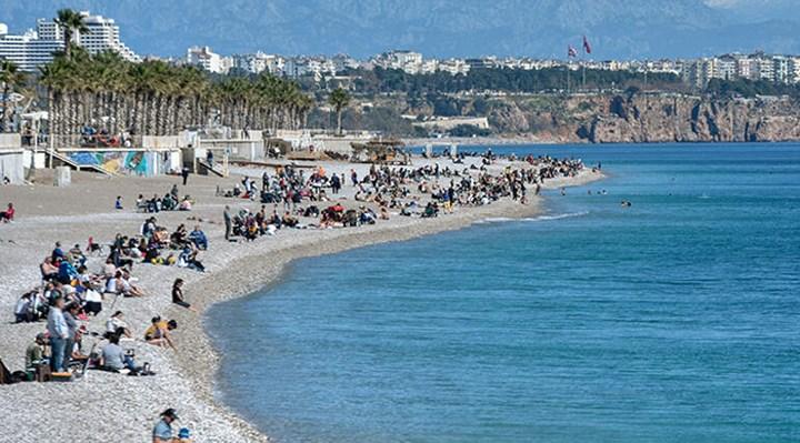 Antalya'da güneşli havayla sahiller doldu