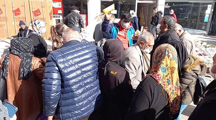 Ücretsiz maskeyi duyan koştu: Kırıkkale'de maske izdihamı!