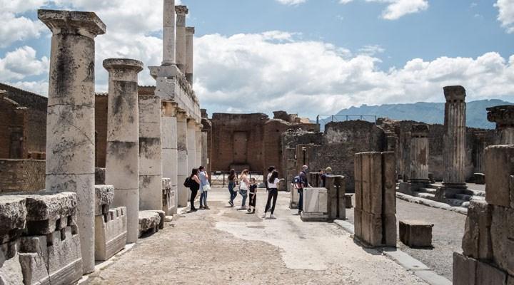 Pompei antik kentinde 2 bin yıllık tören arabası bulundu