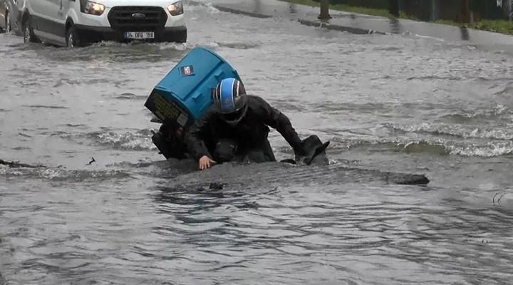 İstanbul'da su borusu patladı: Moto kurye açılan çukura düştü