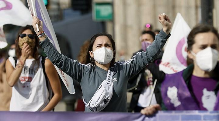 İspanya'da bir erkek, 8 Mart eylemindeki kadınlara saldırdı