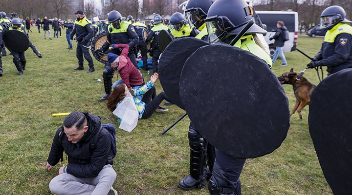 Hollanda'da Covid-19 tebdirlerine karşı protestolara polis müdahale etti