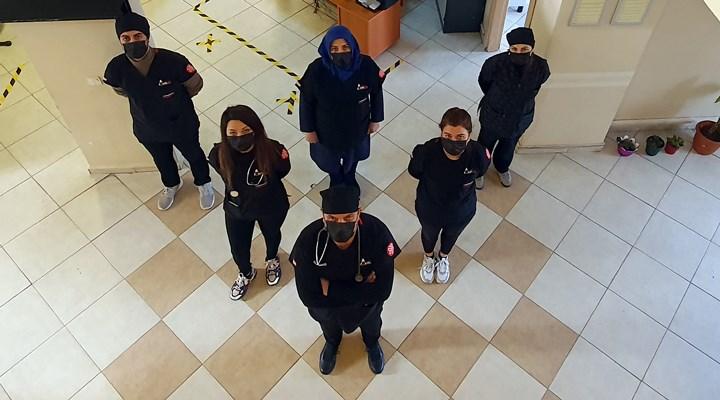 Sağlık çalışanlarından Covid-19'dan hayatını kaybeden meslektaşlarına siyah önlüklü anma