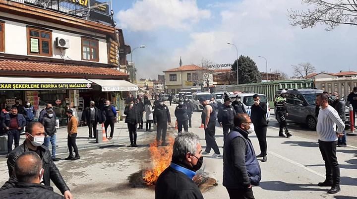 Konya esnafı masa sandalye yaktı: AK Parti kongreleri lebaleb dolu, virüs sadece bize mi var?