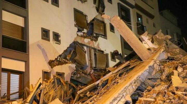 İzmir'de ağır hasarlı bina yıkım esnasında çöktü: Sağlam binaya zarar verdi