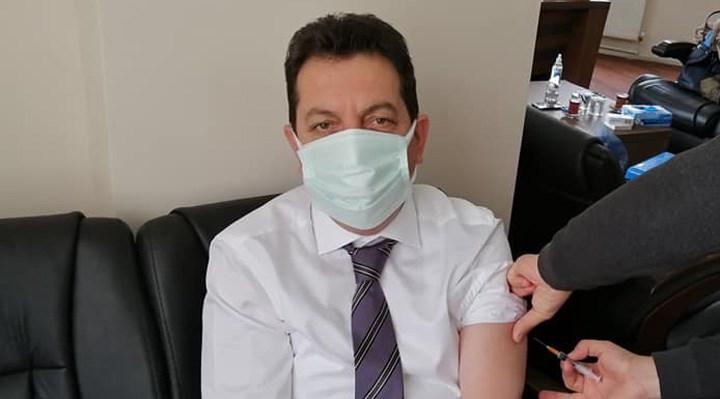 48 yaşındaki AKP'li belediye başkanı, başhekimi makamına getirerek aşı oldu