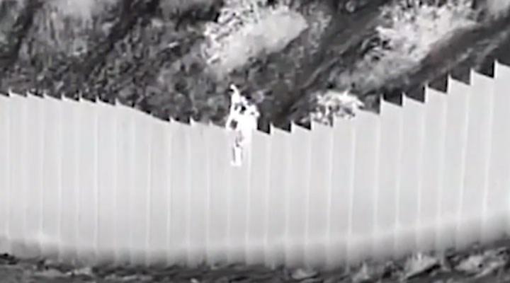 ABD-Meksika sınırında insan kaçakçıları 3 ve 5 yaşlarında iki çocuğu duvardan aşağı attı
