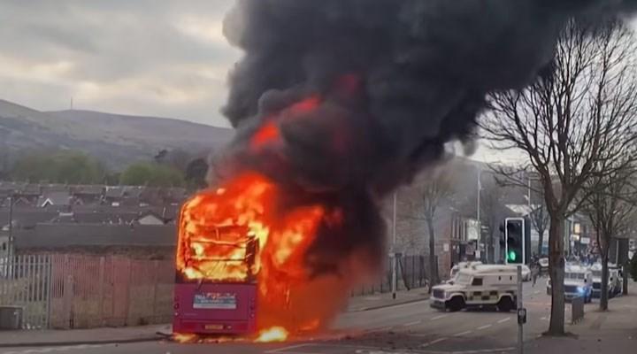 Kuzey İrlanda'daki Birleşik Krallık yanlıları polisle çatışıyor