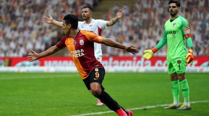 Galatasaray: Kafa kafaya çarpışma sonucu Falcao'nun yüz kemiklerinde kırık oluştu