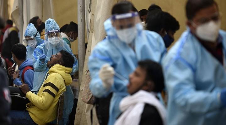 Hindistan'daki hastanelerde Covid-19 yüzünden bir yatakta 2 hasta yatıyor