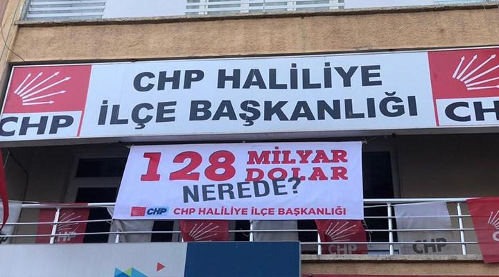 Urfa'da CHP binasına asılan '128 milyar dolar nerede?' pankartı saniyeler içinde polis tarafından indirilmek istendi