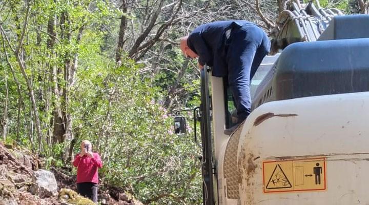İkizdere'deki talana karşı suç duyurusu: Tanal, iş makinesinin üzerine çıktı