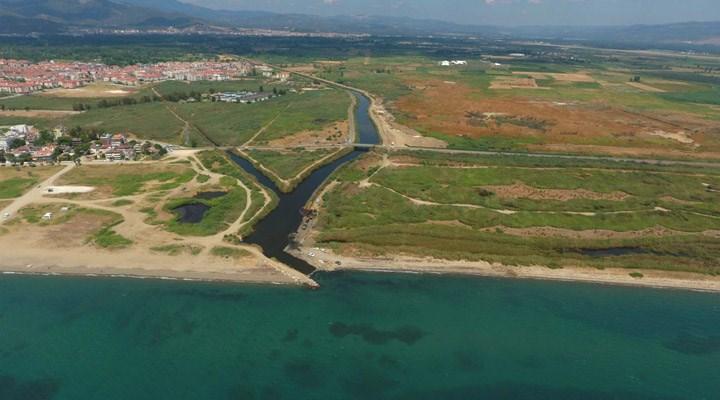 Balıkesir Büyükşehir Belediyesi sulak alana hafriyat döküyor