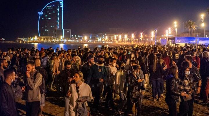 İspanya'da sokağa çıkma yasağının sonlanmasıyla on binlerce kişi partilere hücum etti