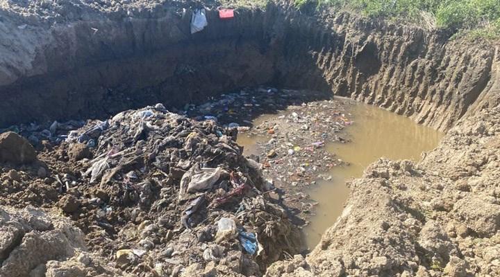 AKP'li belediye, çöpleri ilçe girişinde kazılan çukurlara boşaltıyor