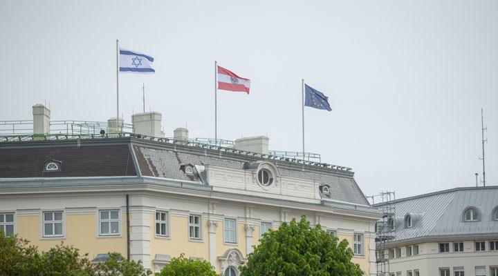 Avusturya Başbakanlık binasına İsrail bayrağı çekildi